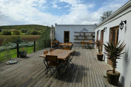 Swartberg Country Manor: Blick auf den Außenbereich des Restaurants