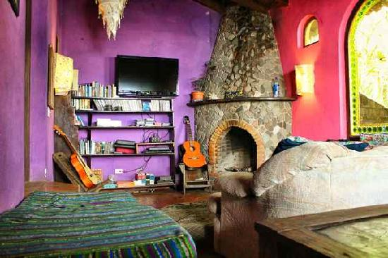 La Iguana Perdida Hotel: Our chillout room with cable T.V., DVD's, and book exchange