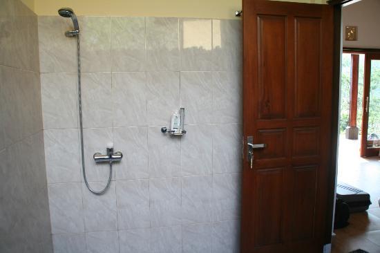 Arta Nadi Villa: salle de bains ouverte sur l'extérieur 