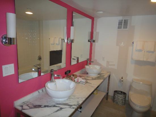 Flamingo Las Vegas Hotel U0026 Casino: Suite Bath With TV
