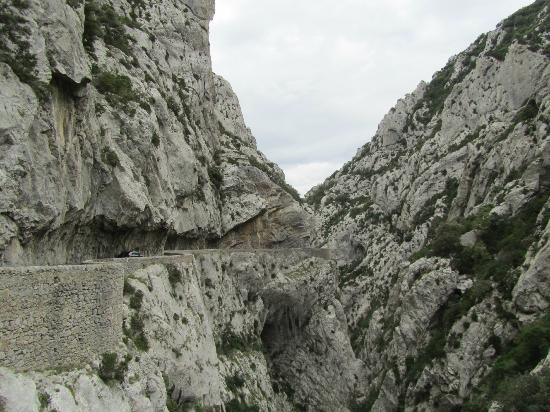 Восточные Пиренеи, Франция: Strasse durch den Felsen