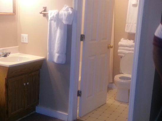 The Valley Inn: bathroom