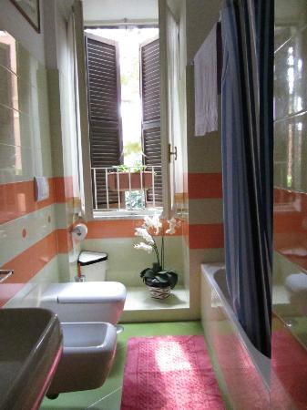 B&B A Villa Riccio: Clean and bright bath.