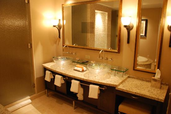 Four Winds Casino Resort: Another well-appointed bathroom