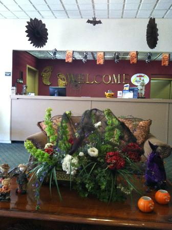 Super 8 Hope: Lobby - decorated for Halloween