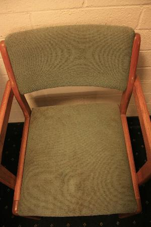 بادجت هوست إن: One of the two chairs 