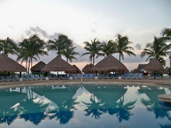 Iberostar Quetzal Playacar: Pool at sunrise