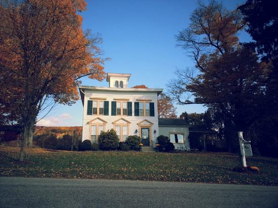 The Sachem Farmhouse Bed & Breakfast : The house