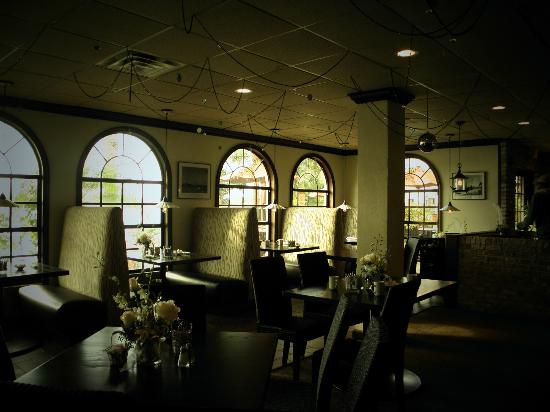 Chicanes Restaurant & Bar : Casual atmosphere, gourmet food, stunning lakeviews!