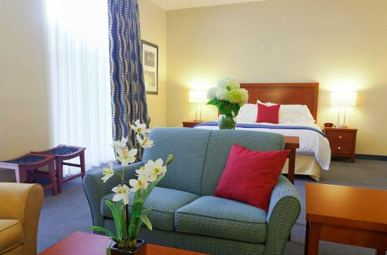 UMass Lowell Inn & Conference Center : Spacious suite with private patio