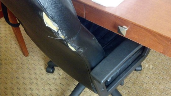 Charleston Airport Hotel: Rip in the office chair.