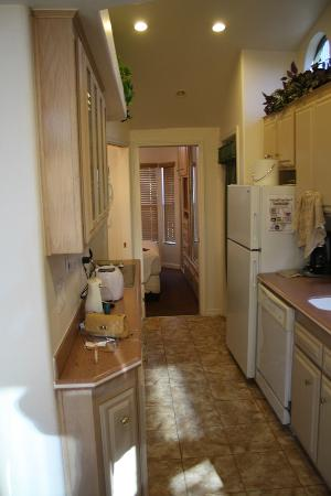 Sedona Pines Resort: Looking through kitchen toward bedroom