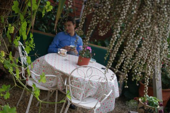 The Florence Suite Boutique Hotel and Restaurant: Garden with tea :)