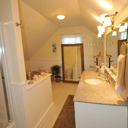 Escobar's Farmhouse Inn: Katherine suite bathroom