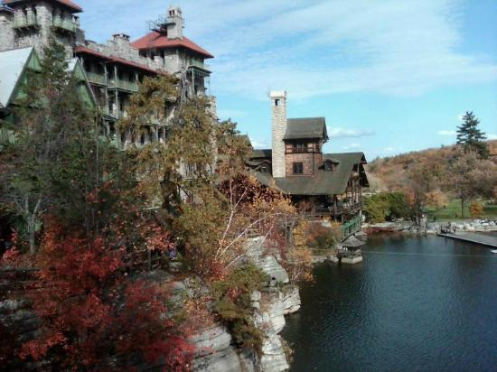 New Paltz, estado de Nueva York: Mohonk Mountain House from the trail