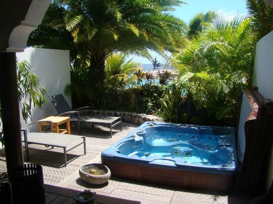 Baoase Luxury Resort: Private deck of ocean view suite