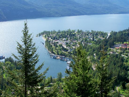 Beach Gables Guesthouse Motel: Looking down on Kaslo & Kootenay Lake with Beach Gables right on the waterfront.
