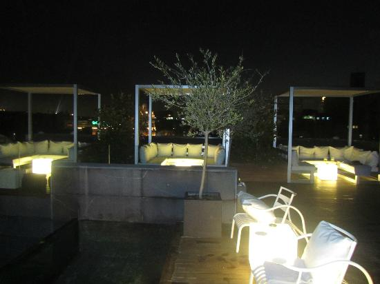 Hotel Ohla Barcelona: Roof top terrace at night