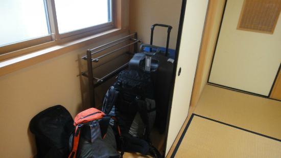 Henjokoin: Zona para dejar maletas en la habitación