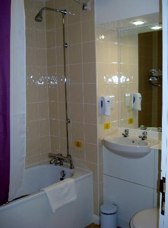 Premier Inn Carrickfergus Hotel: Bathroom