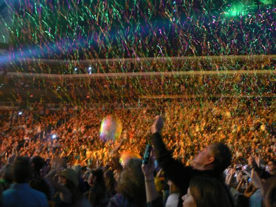 Glendale, AZ: View Stage Left w/ confetti and beachballs
