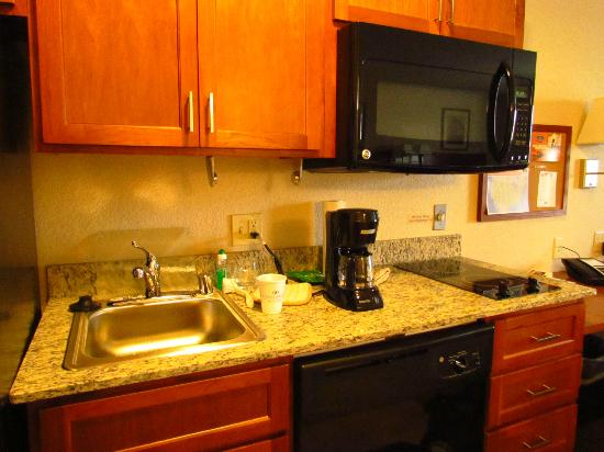 Candlewood Suites Burlington: Kitchen area