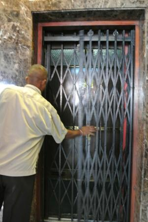 Hotel Casamara: 50年位前の年代物エレベーター。まだ現役。