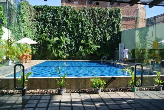 Hotel Casamara: レストラン奥にプール有り。良く整備されている。