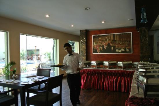 Hotel Casamara: 朝食風景。ウェイターはきびきび働く。