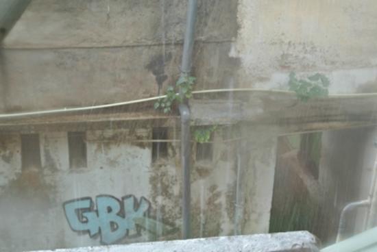 Hotel Casamara: 205号室;窓の外。大雨。
