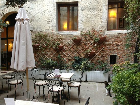 Locanda La Corte: The pretty courtyard