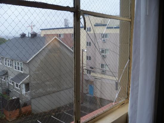 Travelodge Seattle by the Space Needle: broken window