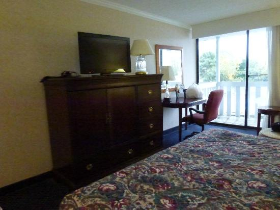 Fairfield Inn & Suites Cape Cod Hyannis: Another view of furnishings