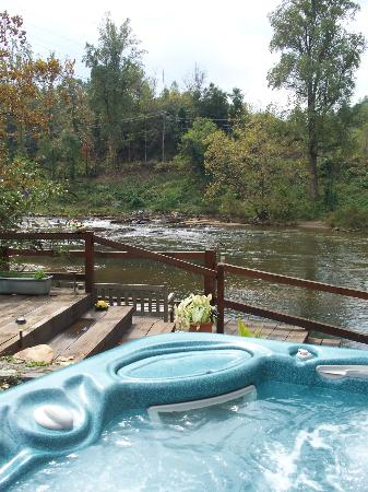 Dillsboro Inn: Jacuzzi/river view