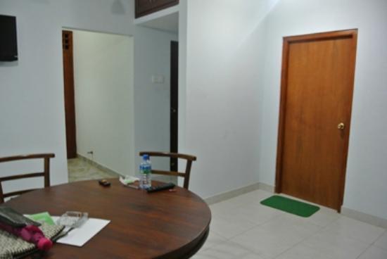Green View Hotel Katunayake: 右側のドアが寝室。真ん中のドアがトイレとシャワー、左側がバルコニー