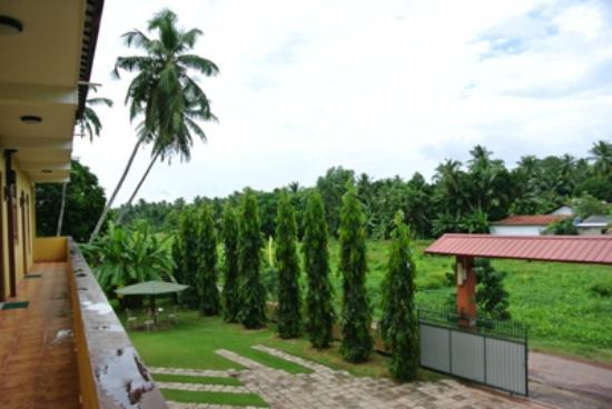 Green View Hotel Katunayake: 2階ドアの外からの眺め