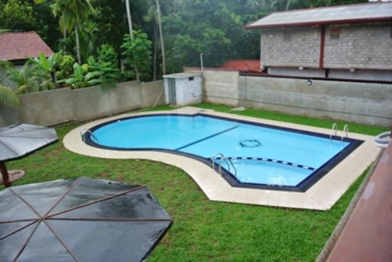 Green View Hotel Katunayake: プールもこまめに掃除をしていました