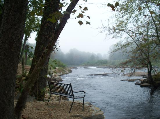 Dillsboro Inn: A nice river front sitting area