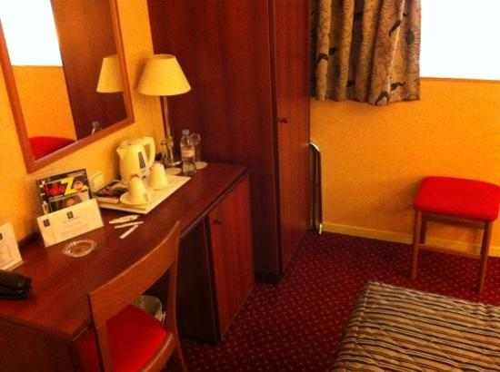 Classics Hotel Porte de Versailles : wardrobe, mirror and kettle.