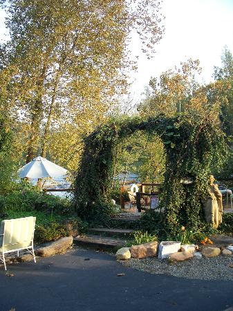 Dillsboro Inn: Campfire pit, Ivy arch / entry to the river front