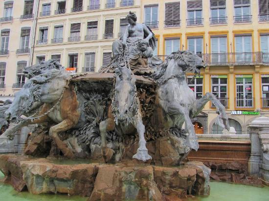 Hotel de Ville: Brunnen auf dem Rathausplatz