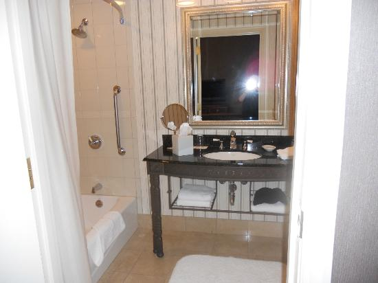 Renaissance Pittsburgh Hotel: Suite Bathroom