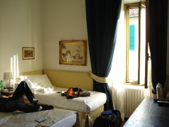 Locanda dei Guelfi B&B : das Einzelbett, bewacht von noch mehr dicken Engeln ;)