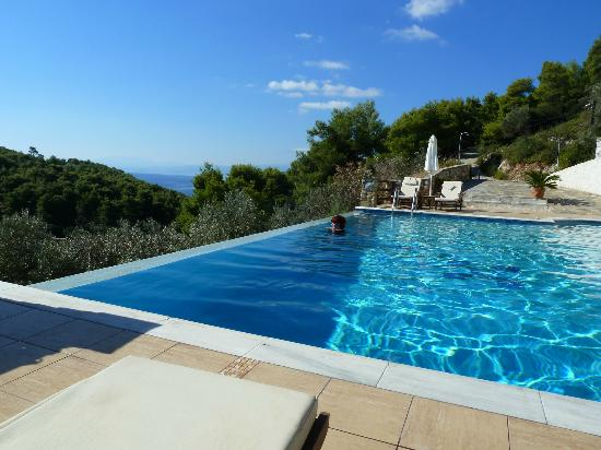 Skiathos Garden Cottages: Infinity pool with stunning views