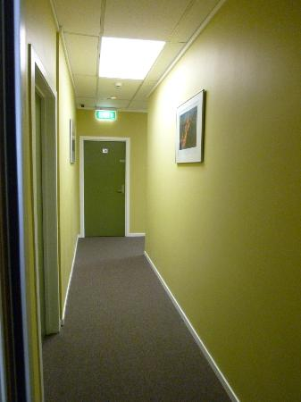 Silver Fern Backpackers: Hall outside room 19