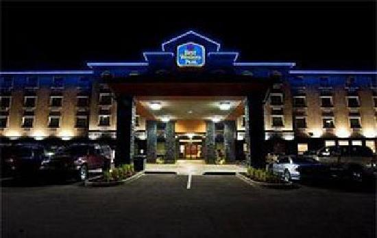 Best Western Plus Sherwood Park Inn & Suites : Hotel at night