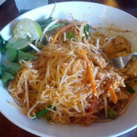 Saigon Bistro: Chicken Pad Thai