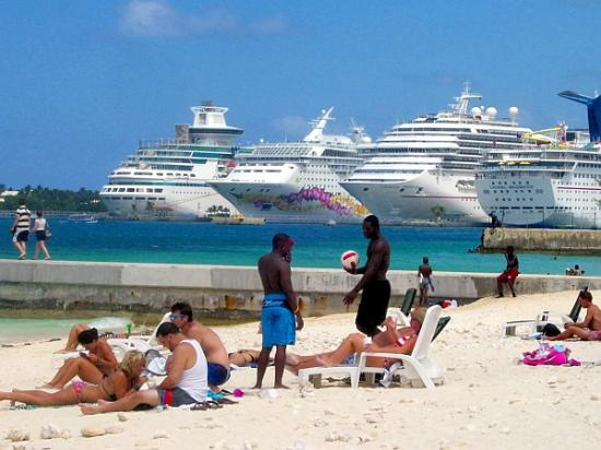 Foto de junkanoo beach nassau cruise port from junkanoo beach on a busy day tripadvisor - Cruise port nassau bahamas ...