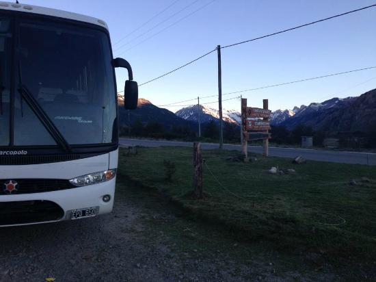 """Rancho Grande Hostel: Der Bus von """"Chalten Travel"""" hält direkt vor der Türe"""