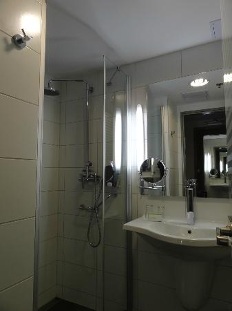 Royal Park Boutique Hotel: Bathroom